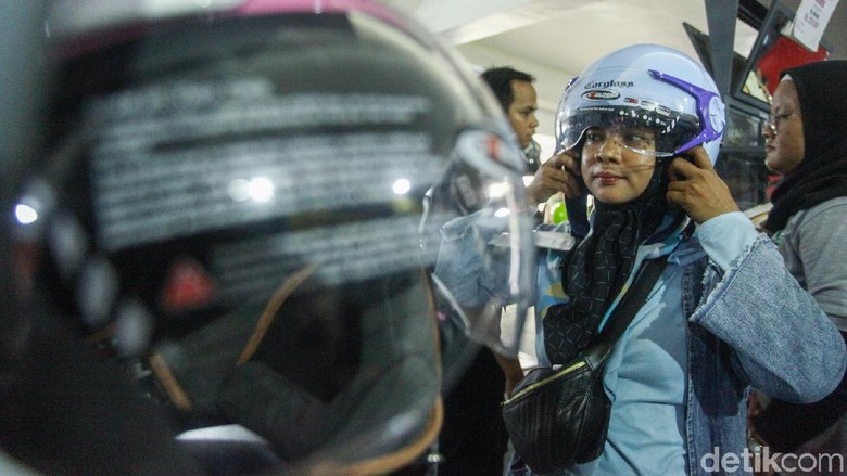Perkembangan dunia busana muslim telah menyentuh ranah roda dua. Seperti diketahui semakin hari semakin banyak wanita khususnya yang menggunakan kerudung mengendarai sepeda motor.
