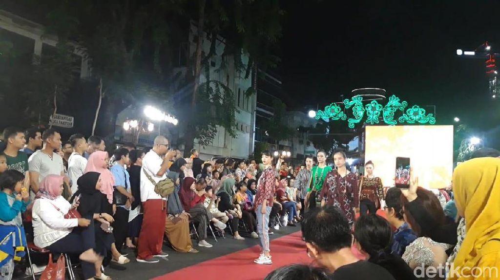 Fashion Show di Mlaku-Mlaku Nang Tunjungan Gaet Antusias Warga