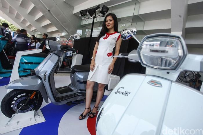 Para wanita cantik turut memeriahkan pameran IIMS Motobike Expo 2019. Mereka memperkenalkan motor-motor yang dipamerkan kepada pengunjung.