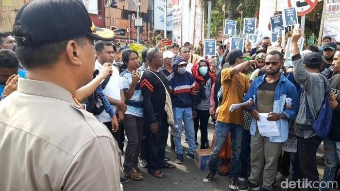 Aksi Pedemo di Ambon (Muslimin Abbas/detikcom)