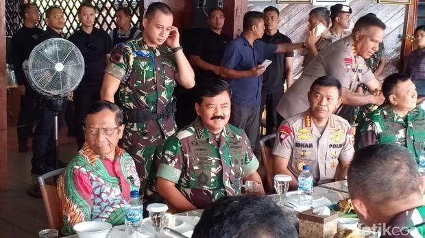 Suasana Hangat Makan Siang Panglima Hadi-Idham-Mahfud Usai Kunker di Papua