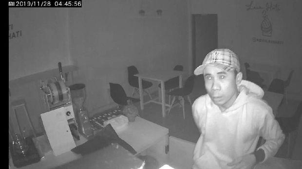 Aksinya Terekam CCTV Cafe di Jaktim, Pencuri Gasak HP-Mesin Kasir
