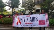 Mahasiswa Pawai di Bundaran HI Peringati Hari AIDS Sedunia