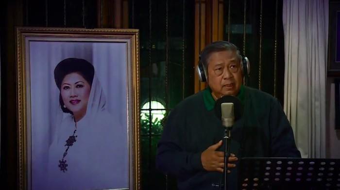SBY menyanyikan lagu Seruling di Lembah Sunyi kenang Bu Ani. (Foto: Screenshoot video dok. istimewa)