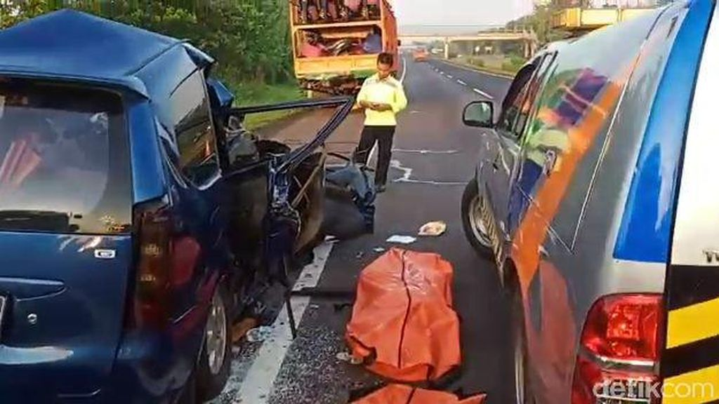 Kecelakaan Maut, Avanza Tabrak Truk di Tol Cipali