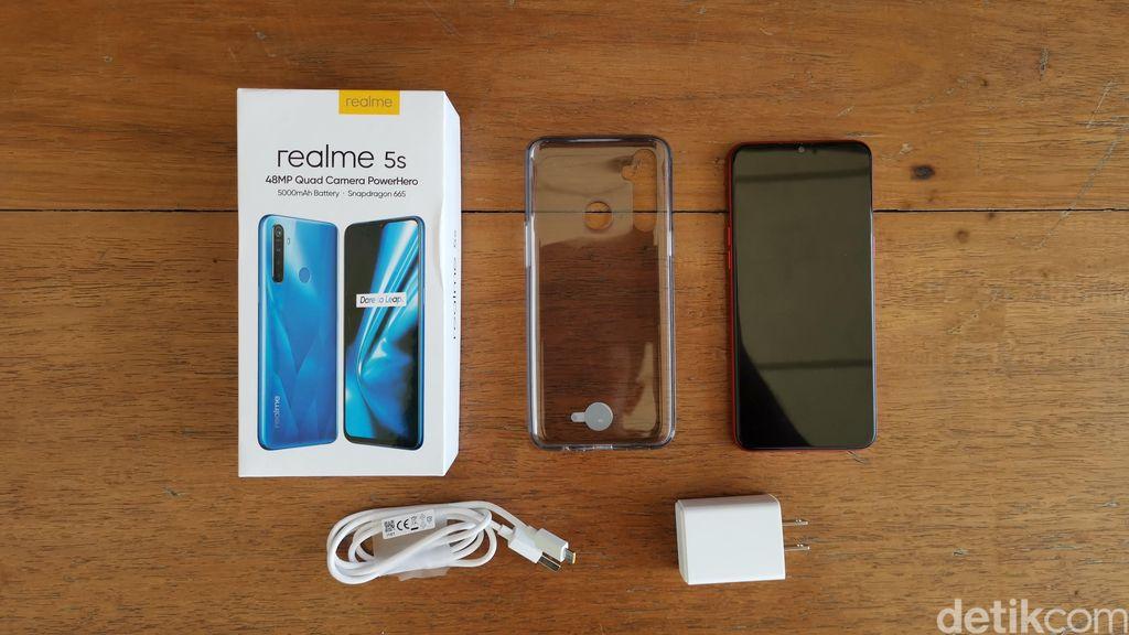 isi kotaknya terdiri dari unit ponsel, charger 5V/2A, kabel USB-A to MicroUSB, dan casing silikon. Foto: detikINET/Anggoro Suryo Jati