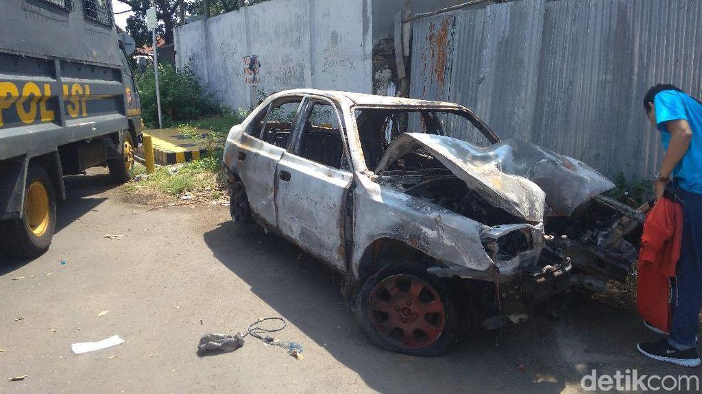 Mobil Buronan Terbakar Usai Kecelakaan, Apa Penyebabnya?