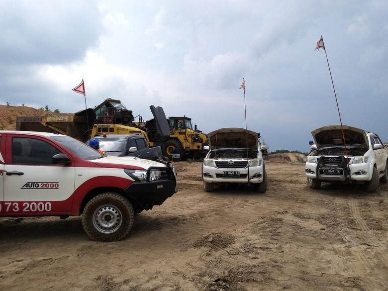 Mobil operasional di daerah pertambangan Foto: Luthfi Anshori