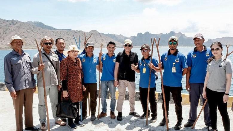 Wishnutama (tengah baju hitam) bersama naturalis guide di Pulau Komodo (dok Kementerian Pariwisata dan Ekonomi Kreatif)