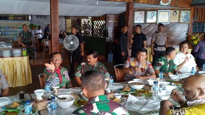 Makan siang Panglima Hadi, Kapolri Idham, dan Menko Polhukam Mahfud Md di Danau Sentani, Papua. (Wildan/detikcom)