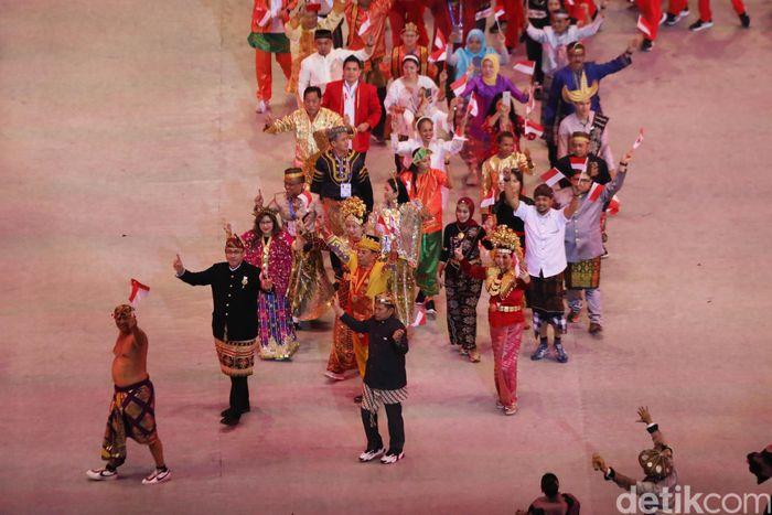 Dengan bangga para kontingen ini memakai pakaian dari berbagai daerah di Indonesia.
