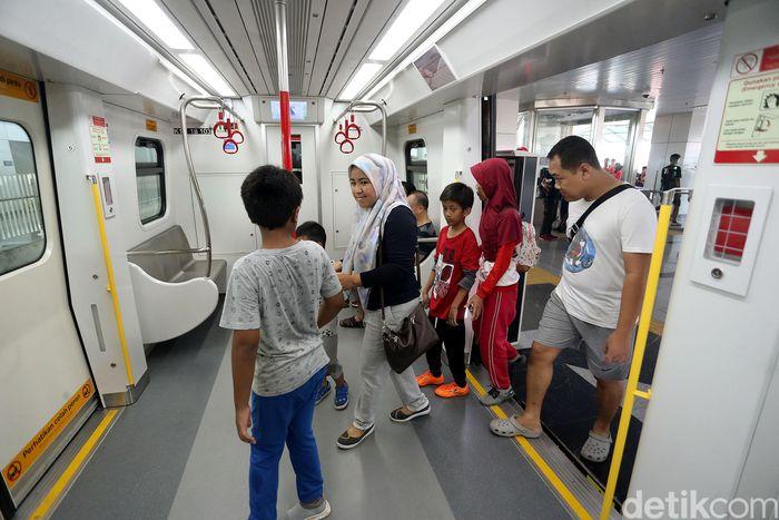 Dengan beroperasi secara komersial, maka dipatok tarif menggunakan LRT Jakarta sebesar Rp 5.000 untuk satu kali perjalanan.