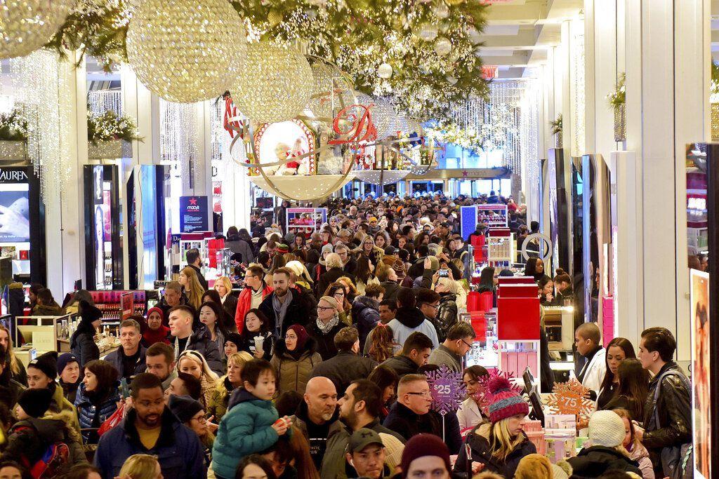 Keramaian di salah satu toko retail besar Amerika Serikat dalam ajang Black Friday yang menjadi pesta diskon besar-besaran. Foto: AP