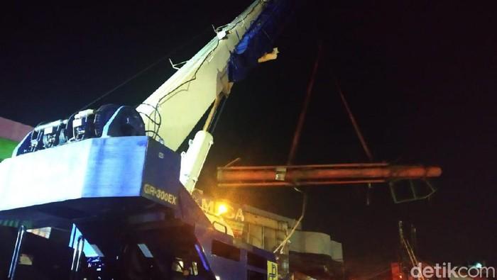 Crane diturunkan untuk evakuasi reklame roboh di Warung Buncit (Foto: Rizal Bahari/detikcom)