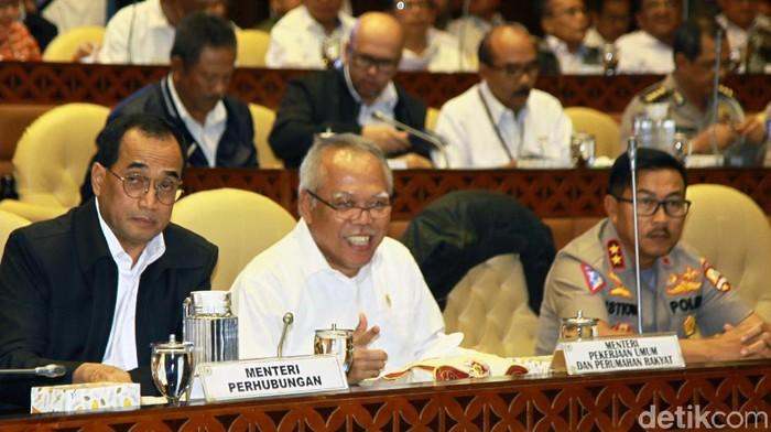 Menteri PUPR Basuki Hadimuljono dan Menhub Budi Karya Sumadi mengikuti rapat kerja dengan Komisi V DPR. Rapat tersebut membahas kesiapan libur Natal.