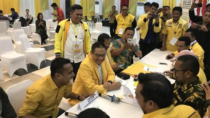 Pendaftaran caketum Golkar, Indra Bambang Utoyo dan Agun Gunandjar. (Rolando Fransiscus/detikcom)