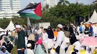 Ada juga yang mengibarkan bendera Palestina di tengah-tengah massa Reuni 212.