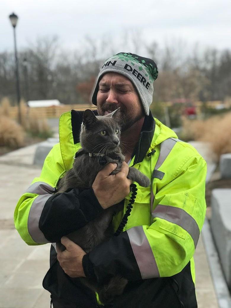 Pengemudi Matthew B di Texas selalu pergi dengan kucingnya yang dinamakan Ashes. Mereka begitu dekat dan selalu bersama saat berjalan ke banyak tempat dengan truknya Sayang beberapa bulan silam, kucing itu terlepas dan ketakutan dengan sekelilingnya yang asing, kemudian pergi ke semak-semak. Foto: Bored Panda