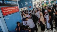 Ramainya stasiun tersebut membuat petugas menambah satu loket tambahan untuk melayani para penumpang.