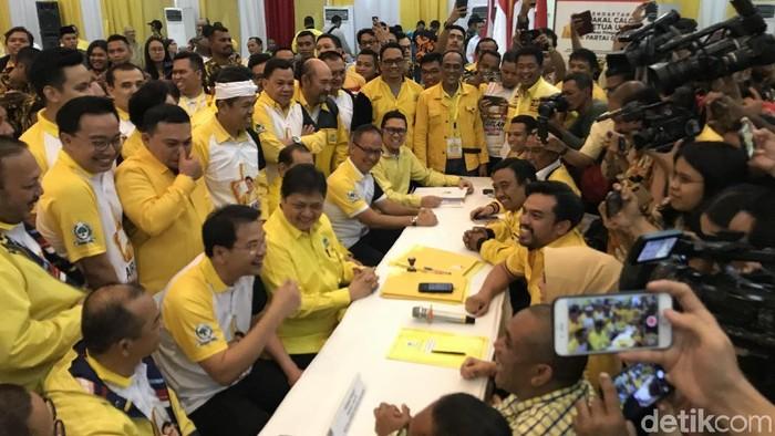 Ditemani loyalis, Ketum Golkar Airlangga Hartarto mengembalikan formulir pendaftaran caketum Partai Golkar. (Rolando/detikcom)