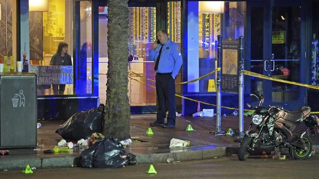 Polisi menandai titik-titik selongsong perluru di lokasi penembakan