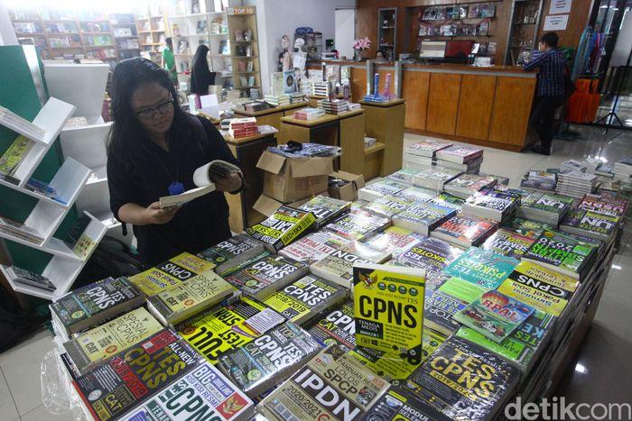 Buku-buku tersebut laris manis dijual.