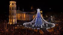 Kilau Pohon Natal Raksasa Menerangi Ibu Kota Lithuania