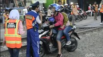 Pemotor Bawa Anak Terobos Perlintasan KA, Marah saat Ditertibkan