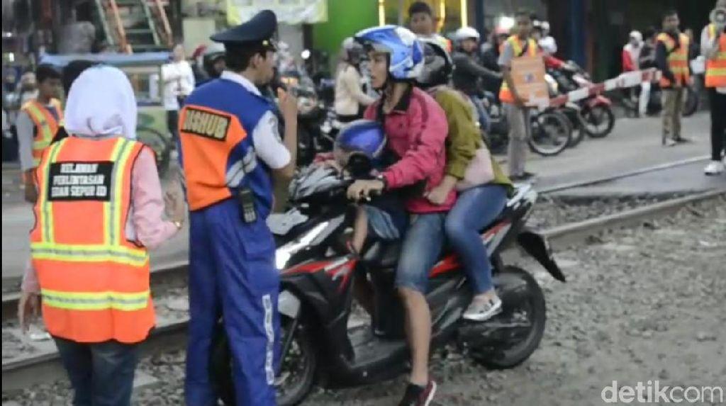 Pemotor Terobos Perlintasan KA, Marah Saat Ditertibkan