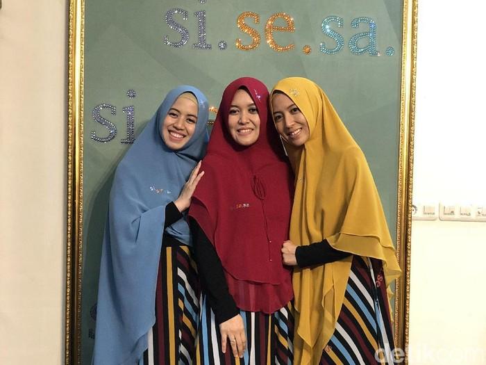 Pendiri brand busana muslim Si.Se.Sa.: Siriz Tentani (tengah), Senaz Nasansia (kanan) dan Sansa Enandera (kiri), saat ditemui Wolipop. Foto: Gresnia Arela/Wolipop