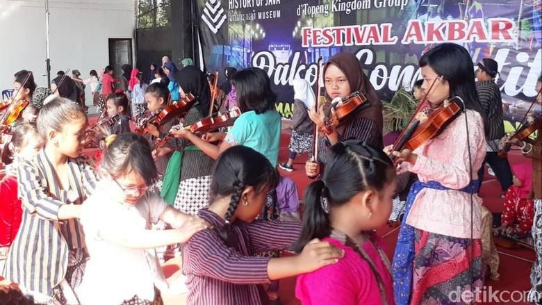 Para peserta saat mengikuti Festival Akbar Dakon Competition di Museum History of Java. (Pradito Rida Pertana/detikcom)