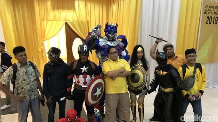 Foto: Kader Golkar ajak superhero saat daftar caketum (Rolando/detikcom)