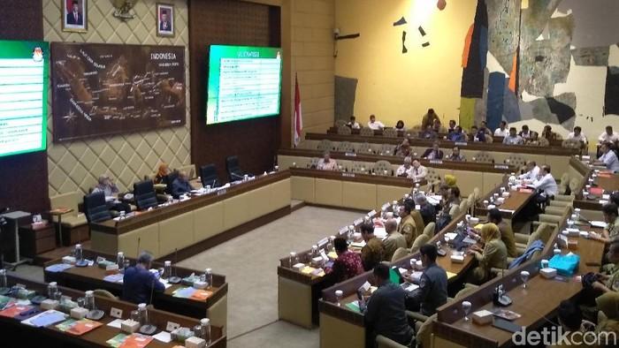 Komisi II DPR dan KPU rapat bersama. Salah satunya membahas revisi PKPU (Nur Azizah/detikcom)