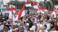 Sejumlah peserta mengibarkan bendera merah putih di tengah-tengah massa Reuni 212.
