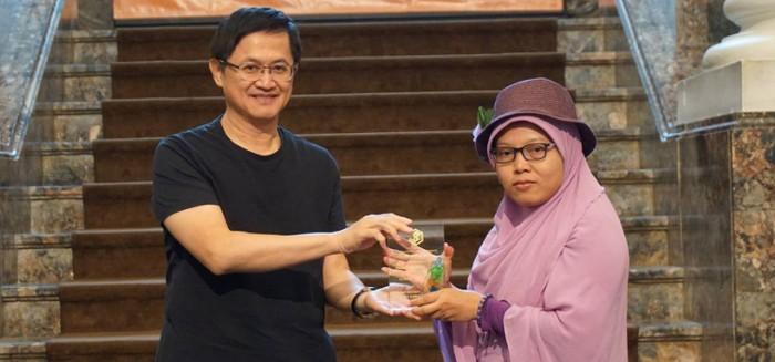 Foto Ilustrasi: Yuli Riswati saat menerima penghargaan Taiwan Literature Award for Migrants 2018 (Situs Taiwan Literature Awards)