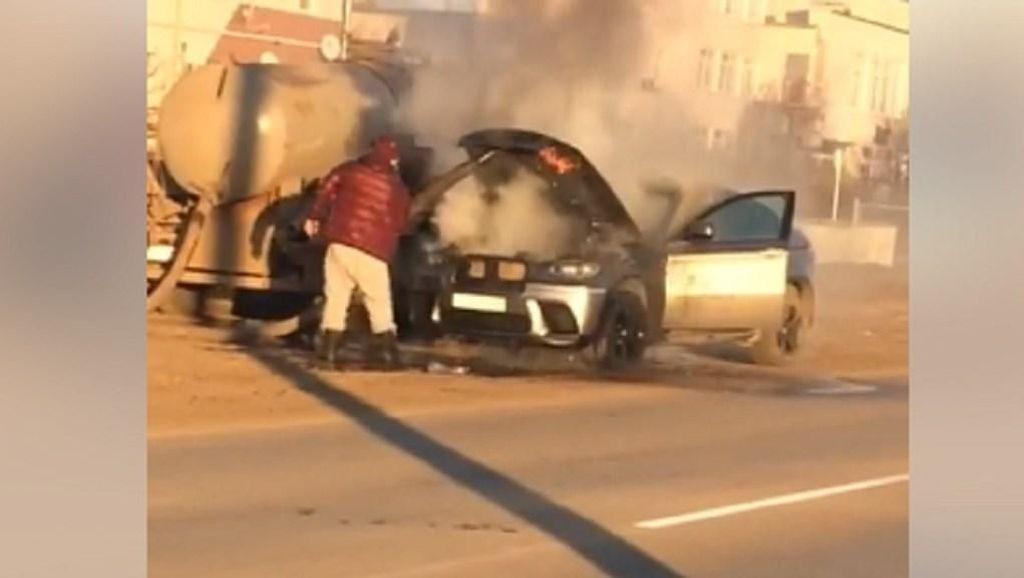 SUV BMW Tak Jadi Terbakar Hebat karena... Diguyur Truk Tinja