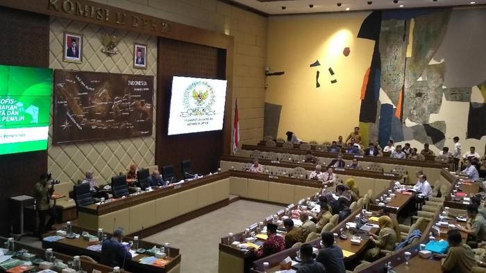 KPU dan Bawaslu rapat dengan Komisi II DPR. Foto: Nur Azizah/detikcom