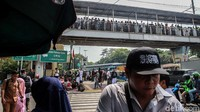 Massa reuni 212 yang sebelumnya ikut serta dalam kegiatan di kawasan Monas itu mulai membubarkan diri dan menuju ke Stasiun Juanda untuk pulang menggunakan kereta.