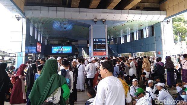 Massa Reuni 212 Pulang Via Stasiun Juanda, Antrean Mengular