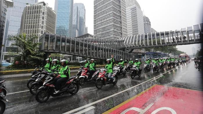 Puluhan mitra driver Gojek mengiringi keberangkatan atlet Indonesia yang akan berlaga di pesta olahraga terbesar se-Asia Tenggara, SEA Games Filipina 2019.