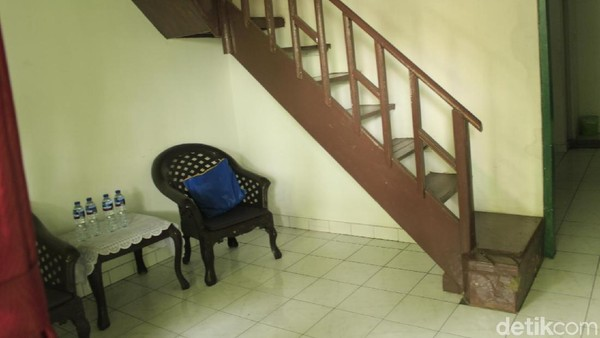Keluarga Bu Ani tinggal sebuah ruangan yang kini dibagi menjadi dua kamar, bernomor 22 dan 21. Ada tangga di dalam kamar, sebagai akses menuju balkon. Adik dari bu Ani, Retno Cahyaningtyas, bahkan lahir di sini (Yudha Maulana/detikcom)