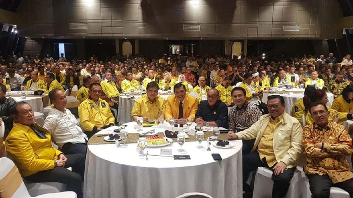 Airlangga Hartarto bersama senior Golkar di Munas. (Dok Golkar)
