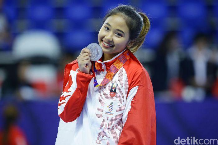 Senyum bahagia Rifda Irfanaluthfi dengan medali peraknya.