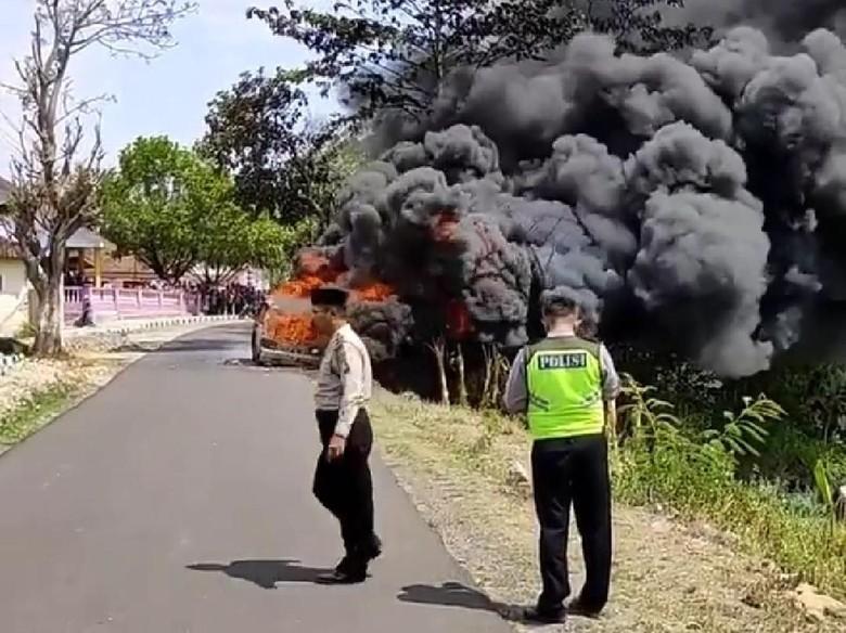 Sebuah Mobil Hangus Terbakar di Magetan, Pengemudi Lari Entah ke Mana