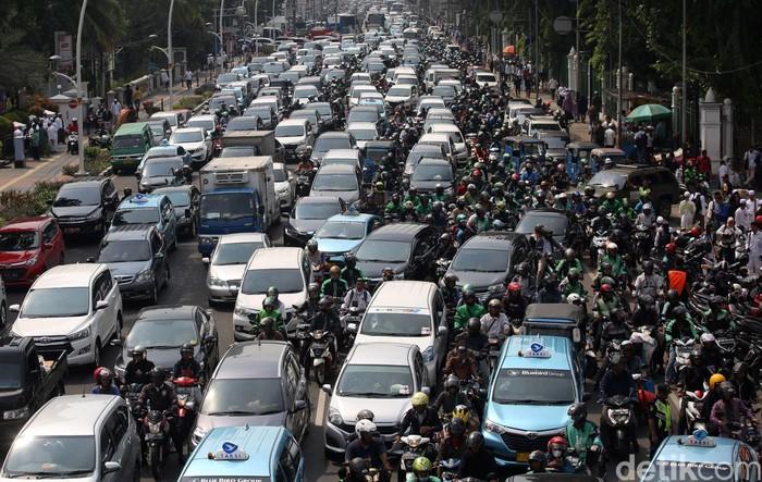 Massa reuni 212 mulai membubarkan diri. Kemacetan pun tak terhindarkan di kawasan Gambir, Jakarta Pusat, usai diselenggarakannya acara tersebut.