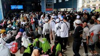 Massa Reuni 212 yang hendak pulang memadati Stasiun Juanda, Jakarta, Senin (2/12/2019).