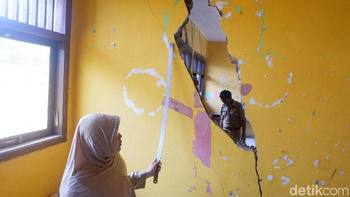 Dua ruang kelas di SD Suwidak, Kecamatan Wanayasa, Banjarnegara, rusak akibat tanah bergerak, Senin (2/12/2019). Foto: Uje Hartono/detikcom