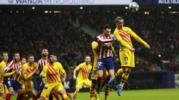 Antoine Griezmann saat membela Barcelona melawan Atletico Madrid di Liga Spanyol. (