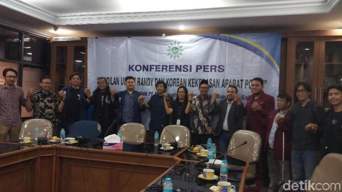 Konferensi pers terkait kasus Randy dan Yusuf, dua mahasiswa Universitas Halu Oleo (UHO). (Farih/detikcom)