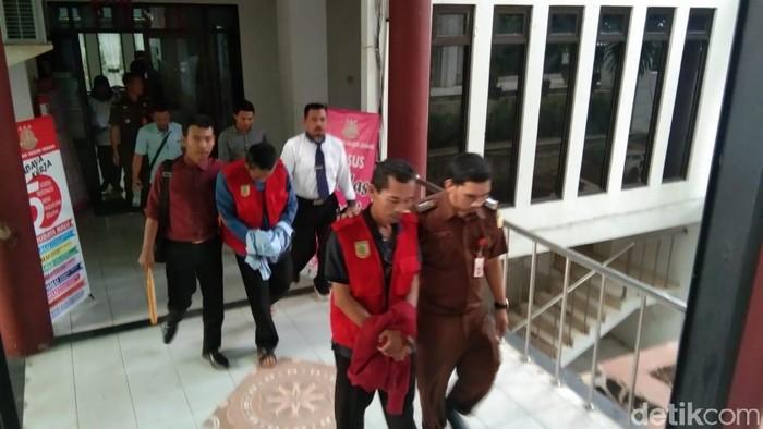 Kejari Serang menahan dua tersangka dugaan korupsi BUMD milik Pemkab Serang. (Bahtiar Rivai/detikcom)